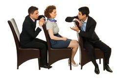 Executivos nas cadeiras que têm a conversação foto de stock royalty free