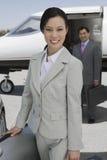 Executivos no aeródromo Fotos de Stock Royalty Free