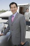 Executivos no aeródromo Fotografia de Stock
