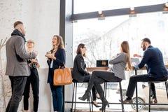 Executivos no café imagem de stock royalty free