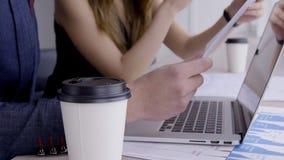 Executivos no processo de trabalho usando o portátil e originais na empresa vídeos de arquivo