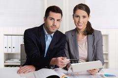 Executivos novos bem sucedidos que trabalham em uma equipe Fotos de Stock Royalty Free
