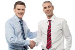 Executivos novos consideráveis que agitam as mãos imagem de stock royalty free