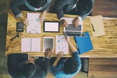 Executivos novos e empresário que têm uma reunião em torno de t Imagem de Stock