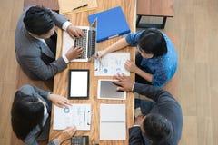 Executivos novos e empresário que têm uma reunião em torno de t Imagem de Stock Royalty Free