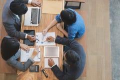 Executivos novos e empresário que têm uma reunião em torno de t Fotos de Stock