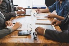 Executivos novos e empresário que têm uma reunião em torno de t Fotografia de Stock