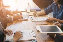 Executivos novos e empresário que têm uma reunião em torno de t Fotografia de Stock Royalty Free