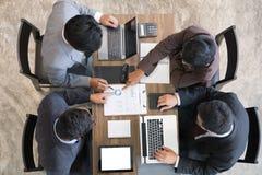 Executivos novos e empresário que têm uma reunião em torno de t Imagens de Stock Royalty Free