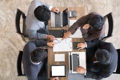 Executivos novos e empresário que têm uma reunião em torno de t Foto de Stock