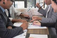 Executivos novos e empresário que têm uma reunião em torno de t Fotos de Stock Royalty Free