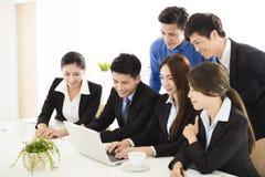Executivos novos felizes que trabalham no escritório Fotos de Stock