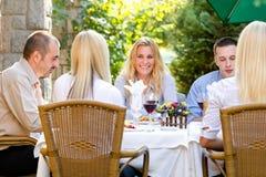 Executivos novos no restaurante do almoço Fotos de Stock Royalty Free