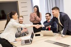 Executivos novos que trabalham junto no escritório Fotos de Stock