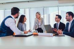 Executivos novos que trabalham junto no escrit?rio criativo fotografia de stock