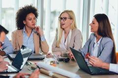 Executivos novos que trabalham junto no escrit?rio criativo foto de stock