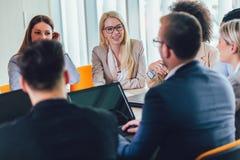 Executivos novos que trabalham junto no escrit?rio criativo imagem de stock