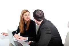 Executivos novos que trabalham no portátil junto Imagem de Stock Royalty Free