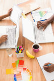 Executivos novos que trabalham nos portáteis Fotografia de Stock Royalty Free