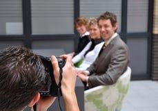 Executivos profissionais do tiro do fotógrafo Fotografia de Stock Royalty Free