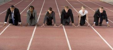 Executivos que agacham-se na linha começar Imagem de Stock