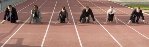 Executivos que agacham-se na linha começar Fotografia de Stock Royalty Free