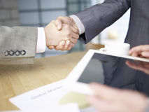 Executivos que agitam as mãos imagem de stock