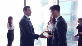 Executivos que agitam as mãos filme