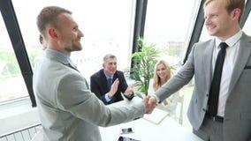 Executivos que agitam as mãos vídeos de arquivo