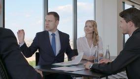 Executivos que agitam as mãos