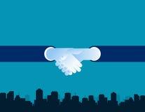 Executivos que agitam as mãos em um fundo da cidade Imagens de Stock Royalty Free