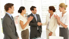 Executivos que agitam as mãos na entrevista quando outro aplaudirem vídeos de arquivo