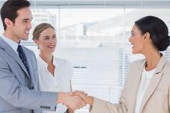 Executivos que agitam as mãos no escritório Fotografia de Stock