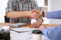 Executivos que agitam as mãos no escritório de interiores do moderno Imagens de Stock