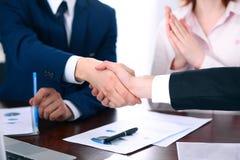 Executivos que agitam as mãos que terminam acima uma reunião Imagem de Stock