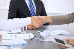 Executivos que agitam as mãos, terminando acima uma reunião Foto de Stock Royalty Free