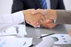 Executivos que agitam as mãos, terminando acima uma reunião Imagens de Stock