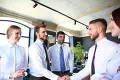 Executivos que agitam as m?os, terminando acima uma reuni?o fotos de stock