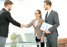 Executivos que agitam as mãos em um escritório Fotos de Stock