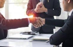Executivos que agitam a mão para cooperar e negociar no negócio s imagens de stock royalty free