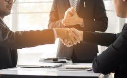 Executivos que agitam a mão para cooperar e negociar no negócio s fotografia de stock
