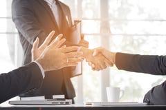 Executivos que agitam a mão para cooperar e negociar no negócio s fotografia de stock royalty free