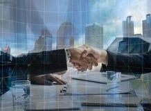 Executivos que agitam a mão para cooperar e negociar no negócio s foto de stock