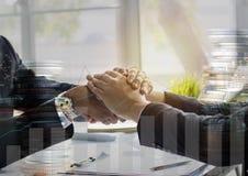 Executivos que agitam a mão para cooperar e negociar no negócio s foto de stock royalty free