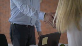 Executivos que agitam o close up das m?os Povos que agitam as mãos 4K video estoque