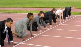 Executivos que ajoelham-se na linha começar Imagens de Stock Royalty Free