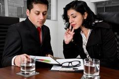 Executivos que analisam cartas Imagem de Stock