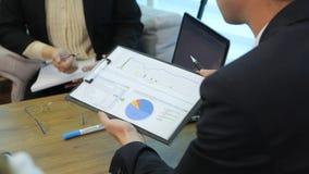 Executivos que analisam estatísticas vídeos de arquivo