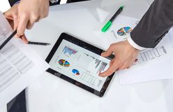 Executivos que analisam originais em uma reunião Imagem de Stock Royalty Free