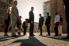 Executivos que andam ao escritório cedo na manhã fotos de stock